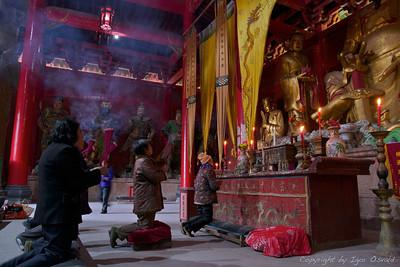 Qiyun Shan, Anhui, Kitajska (2011) - Poklon vsemogočnemu s kadili v taoističnem templju.
