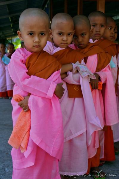 Yangon, Mjanmar (2008) - Tudi za punčke ni milosti. Lasje morajo stran.
