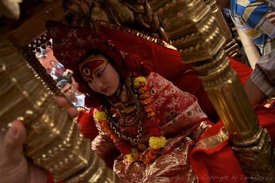 Kathmandu, Nepal (2008) - Kumari živa boginja. Ker se ne sme dotakniti zunanjih tal, jo je potrebno vsepovsod nositi.
