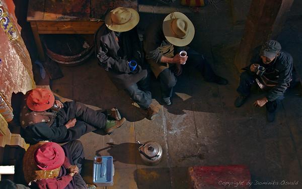 Dege, Kham, Tibet/Kitajska (2010) - Čas za čaj in oddih v tiskarni svetih zapisov, ki hrani cca. 70 % tibetanske literarne dediščine. Tudi svete besede utrudijo.