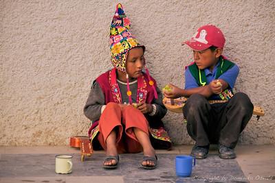 Tarija, Bolivija (2010) - Ulična muzikanta, ki poznata svojo ceno. Ko sta me opazila, da sem ju slikal med njuno pavzo, sta prišprintala s piskrčki. Gringo, nič ni zastonj!