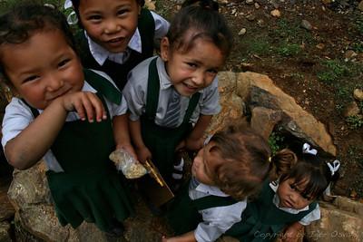 Yuksom, Sikkim, Indija (2008) - Šolske uniforme. Starši, ki komaj spravijo skupaj za hrano, sp primorani za otroka kupiti takšno oslarijo, kot je kravata. Naštevanje stroškov šolanja pa se je v različnih državah končalo s kokošjo za učitelja.