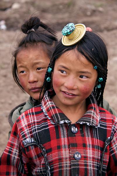 Manigango, Kham, Tibet/China (2010) - Okrasno kamenje ima pomembno vlogo pri tibetanskem izgedu že od malih nog naprej.