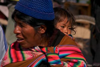 Tarabuco, Bolivija (2009) - Transport mama. Sploh se ne spominjam, da bi kje v tretjem svetu kdaj videl kak otroški voziček.