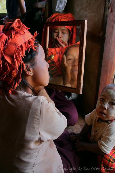 Okoli Kalawa, Mjanmar (2008) - Nanašanje tanake.