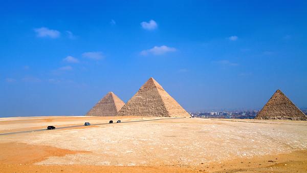 Simetrija pred razsulom. Giza, Kairo, Egipt. © Igor Osvald, 2011