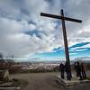 Menschen unter dem Kreuz