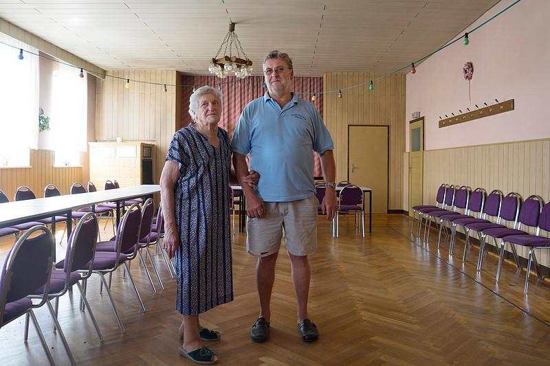 Duitsland, Kemberg, Landwirtschaftsbetrieb e.G. Selbitz.   tel 034928 609936 en 015129228902Hubert Rettel und Mutter, 11 juli 2015, foto: Katrien Mulder