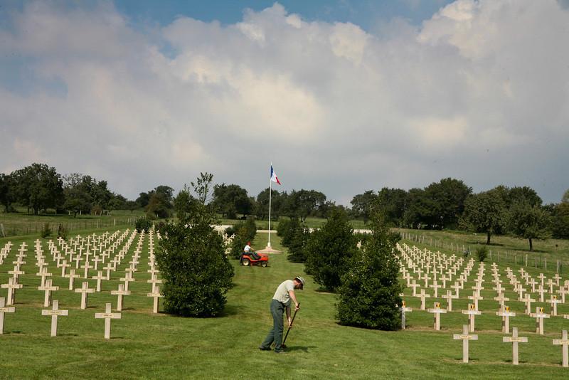 Franse oorlogsbegraafplaats in Brieulles-sur-Meuse ; hier rusten 2572 Franse soldaten, 1 Brit, 123 Russen en 35 Belgen