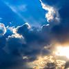 """Raios Divinos (ou God rays) são raios de sol que passam entre os vãos das nuvens, criando aquela sensação legal de volume e iluminação intrigante. <br /> <br /> Já vi esse efeito posto em prática nas mais diversas situações, porém me parece ser bastante comum em fotos de natureza e floresta. O caminho da luz entre as árvores é simplesmente brilhante!<br /> <br /> Mas beleza, se eu pudesse te recomendar um horário pra recriar isso, seria no pôr ou nascer do sol quando a luz está vindo mais do horizonte. <br /> <br /> Só que essa minha foto, por exemplo, eu bati perto das 16 horas em Curitiba. Vai mesmo de cada situação, porém nos horários comentados ali você tem mair probabilidade de conseguir bons resultados.<br /> <br /> Para ver mais detalhes sobre essa foto, clique aqui: <a href=""""http://caradafoto.com.br/raios-divinos/"""">http://caradafoto.com.br/raios-divinos/</a>"""