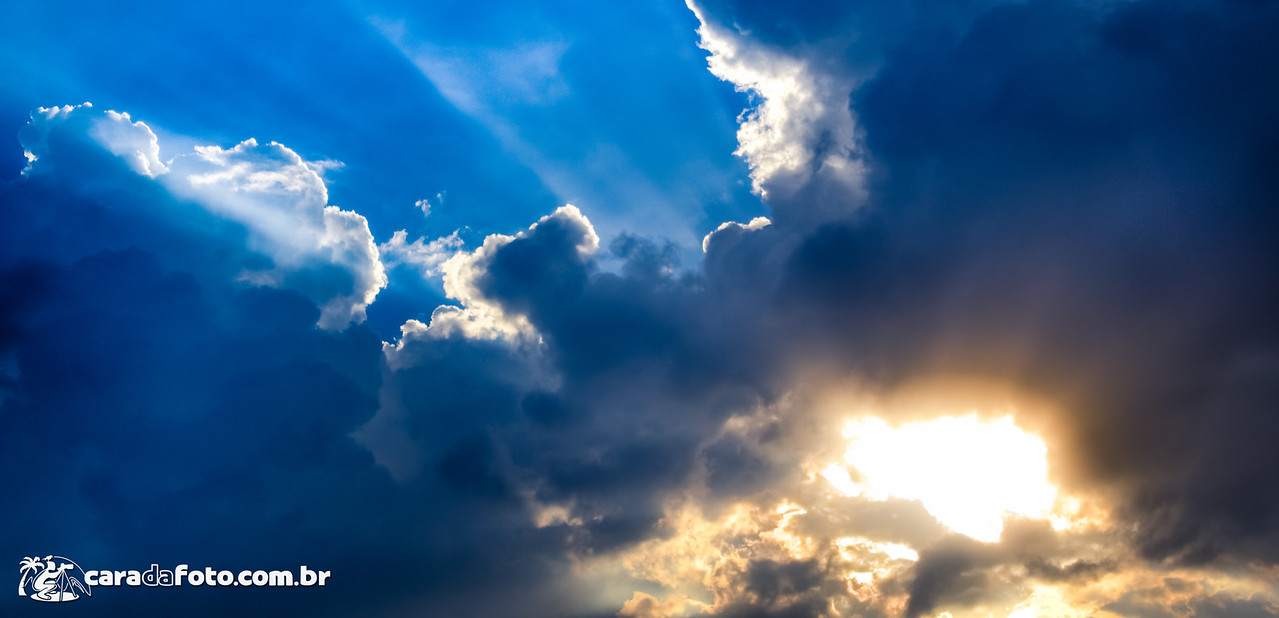 Raios Divinos (ou God rays) são raios de sol que passam entre os vãos das nuvens, criando aquela sensação legal de volume e iluminação intrigante.   Já vi esse efeito posto em prática nas mais diversas situações, porém me parece ser bastante comum em fotos de natureza e floresta. O caminho da luz entre as árvores é simplesmente brilhante!  Mas beleza, se eu pudesse te recomendar um horário pra recriar isso, seria no pôr ou nascer do sol quando a luz está vindo mais do horizonte.   Só que essa minha foto, por exemplo, eu bati perto das 16 horas em Curitiba. Vai mesmo de cada situação, porém nos horários comentados ali você tem mair probabilidade de conseguir bons resultados.  Para ver mais detalhes sobre essa foto, clique aqui: http://caradafoto.com.br/raios-divinos/