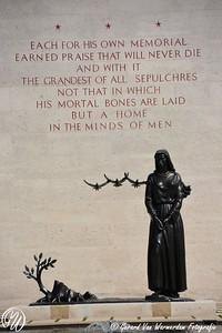 """Standbeeld van de """"Treurende vrouw"""", drie duiven en een nieuwe loot aan een door oorlog verwoeste boom"""