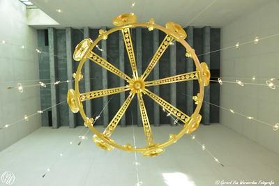De kroon in de kapel en de plafondverlichting