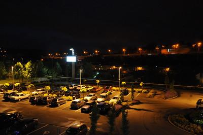 De parkeerplaats van het hotel gezien vanuit de kamer