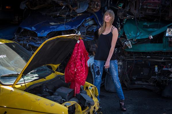 Ilana op een autosloperij (2 juni 2012)
