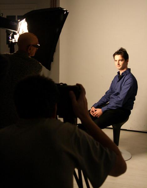 Martin magyarázza a fényeket egy kisebb softbox segítségével, Kiss Gyuri pedig fényképez