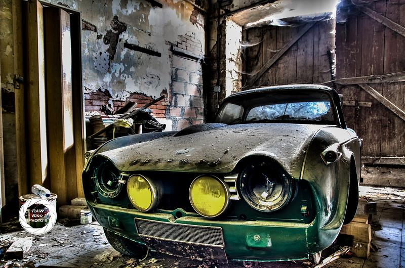 Fotograaf: Wouter Putter, Een Triumph die in een garage van een verlaten Frans kasteel is achtergelaten