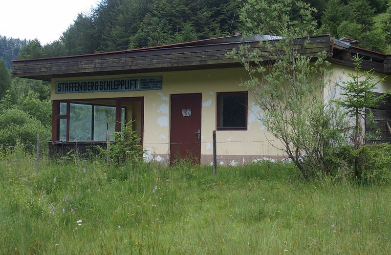Fotograaf: Sanne, Een vervallen sleeplift in Oostenrijk. Alleen het eindstation is nog aanwezig.