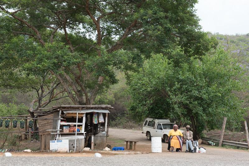 Fotograaf: Elly Bervoets, Alles voldoet aan motto vergane glorie kraampje mensen en auto Pretoria Z-Afrika