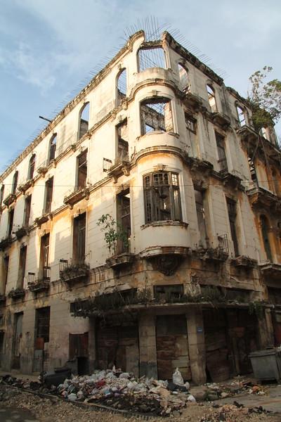 Fotograaf: Manuela, Ooit zo glorieuze gebouwen, overschaduwd door afval en verval. (Cuba)