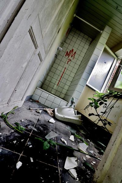 Fotograaf: Denise de Jonge, Badkamer in een 'spookdorp'.