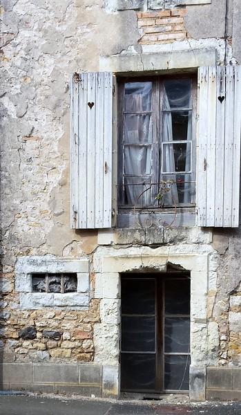 Fotograaf: Monique Schaapman, Zo maar een straat in Avoise, Frankrijk