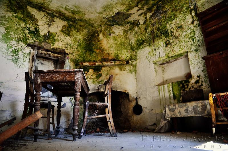 Fotograaf: Pierre Jacobs, Vergane woonkeuken in een compleet verlaten dorp.