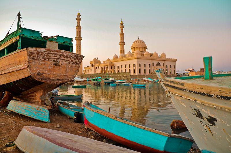 Fotograaf: Henk van Nunen, Contrast Oud en Nieuw, scheepskerkhof en nieuwe Moskee Hurghada Egypte