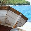Fotograaf: Bert Visser, Bootjeswrak op de kust bij Rovinj Kroatie zomer 2013