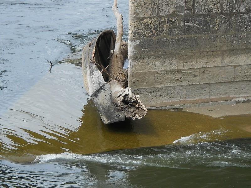 Fotograaf: Peter Keppels, 3x verval, de boot, de boomstam en het water, locatie Gien (fr)
