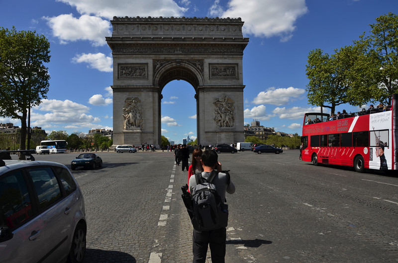 Lined up to get the perfect picture of <i>l'Arc de Triomphe</i>