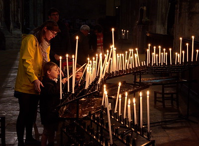 04292018_Bordeaux_Basilica_Saint_Michel_Lighting_Candles_750_3238