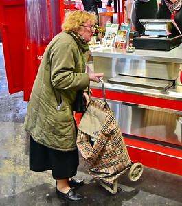 04292017_Bordeaux_Central_Market_Shopping-Chef_Old-Woman_Shopping-cart_750_2925A