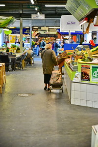 04292017_Bordeaux_Central_Market_Shopping-Chef_Old-Woman_Shopping-cart_750_2927A