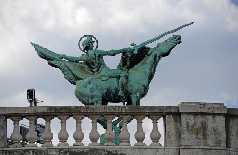 "The statue ""La France renaissante"" on Pont de Bir-Hakeim"