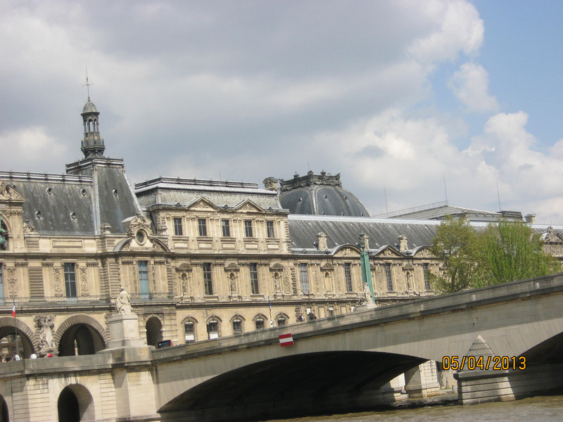 Musée du Louvre and Pont du Carrousel (Photo by Ray)