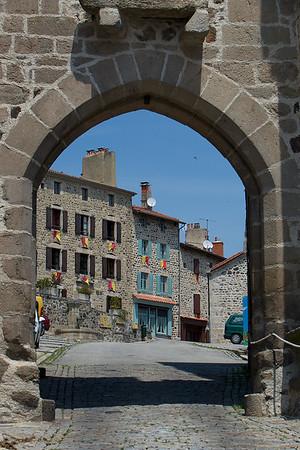 L'arche de la Porte de Monsieur en se dirigeant vers la place et la chapelle (sur la droite)