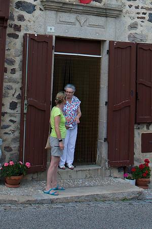 Mme Paulette Favre, la voisine d'en face, raconte a Francoise ses souvenirs de la famille Pierret
