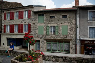 Leyla et Maison Pierret (volets verts avec le mur de jeunesse de Francoise)