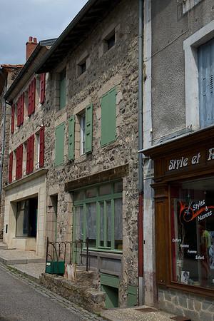 Maison Pierret- a cote du chapelier - abrite encore du betail dans son sous-sol (moutons?) en 2010