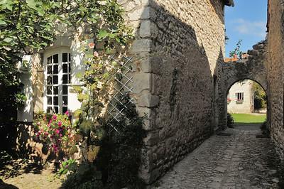 Charroux - Rue des Tanneurs, vers la Cour des Dames