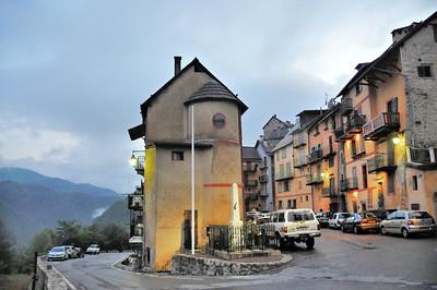 Péone - Route de Guillaumes et place Thomas Guérin