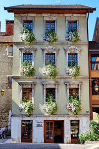 Anncey_France_2013_Bldg_Flowers_Windows_DSC0244