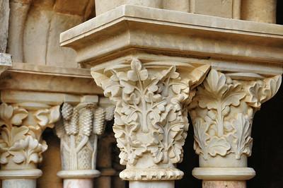 Abbaye de Fontfroide - Chapiteaux de colonne dans le cloître