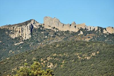 Château de Quéribus - Sur la crête, le château de Peyrepertuse