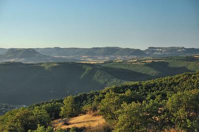 La vallée du Tarn, en direction de Roquefort-sur-Soulzon (à l'horizon à droite)