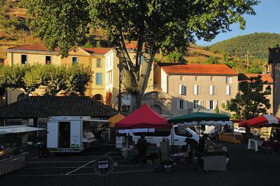 Saint-Rome-de-Tarn - Place de Ravelin - Le marché se met en place