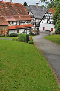 Hunspach - Devant l'église protestante