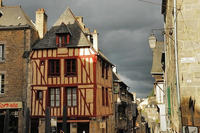 Dinan (Dinan) - Rue de la Lainerie et début de la rue du Jerzual