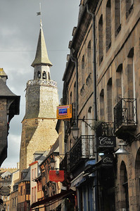 Dinan (Dinan) - Rue de la Poissonnerie et Beffroi